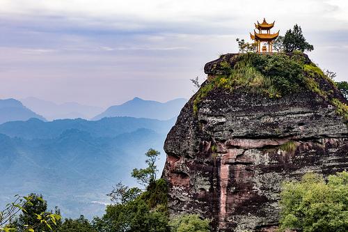 Monte Qiyun-Pagoda dorada