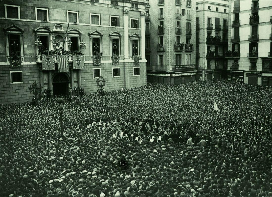 Fitxer_Proclamació_de_la_República_Plaça_Sant_Jaume._Fotògraf_Josep_Maria_Sagarra,_1931
