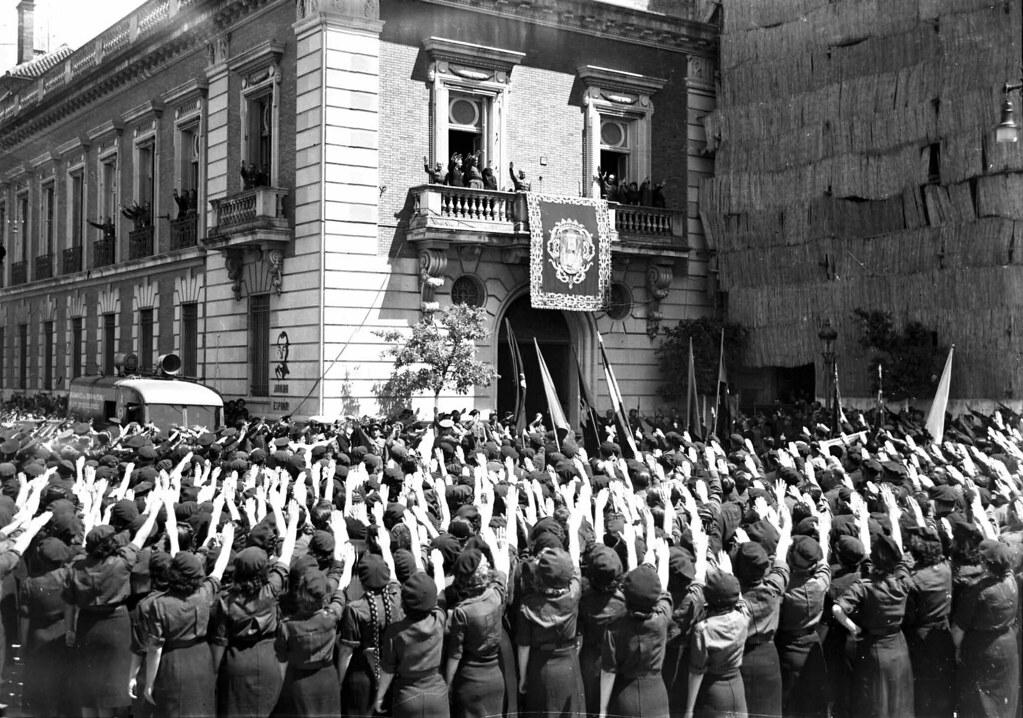 Seccion femenina saluda a Franco en Sevilla